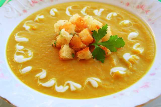 Суп-пюре из кабачков с гренками и помидорами